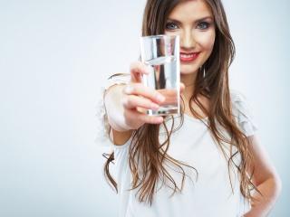 Tips Menerapkan Kebiasaan Minum Air Putih di Kantor